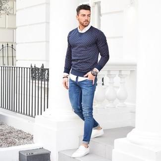 Темно-синий свитер с круглым вырезом в горошек и синие рваные зауженные джинсы — хороший выбор, если ты хочешь создать непринужденный, но в то же время стильный образ. Очень гармонично здесь будут смотреться белые низкие кеды.