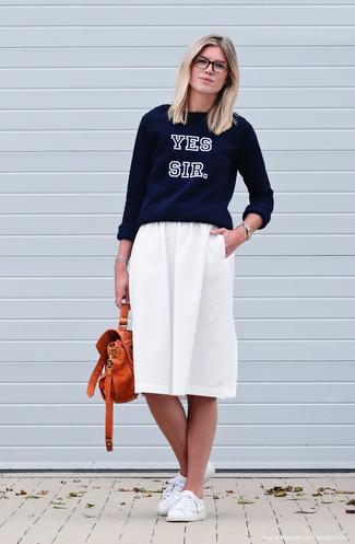 Как и с чем носить: темно-синий свитер с круглым вырезом с принтом, белая юбка-миди со складками, белые кожаные низкие кеды, оранжевая кожаная сумка-саквояж