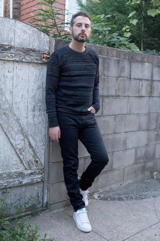 С чем носить бело-зеленые кожаные низкие кеды мужчине: Темно-синий свитер с круглым вырезом в горизонтальную полоску и темно-синие джинсы прочно обосновались в гардеробе современных джентльменов, помогая составлять запоминающиеся и функциональные образы. Если говорить об обуви, бело-зеленые кожаные низкие кеды являются хорошим выбором.