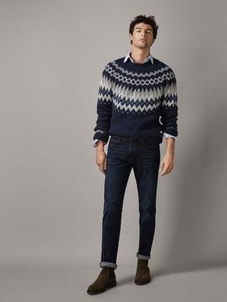Темно-коричневые замшевые ботинки челси: с чем носить и как сочетать мужчине: Темно-синий свитер с круглым вырезом с жаккардовым узором и темно-синие джинсы будет замечательным вариантом для расслабленного повседневного образа. Хотел бы сделать лук немного элегантнее? Тогда в качестве обуви к этому образу, обрати внимание на темно-коричневые замшевые ботинки челси.