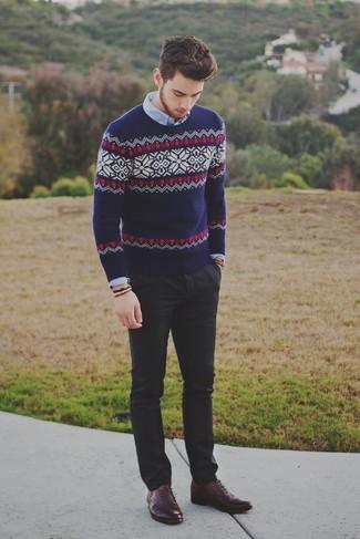 Модный лук: темно-синий свитер с круглым вырезом с жаккардовым узором, голубая рубашка с длинным рукавом, черные брюки чинос, темно-красные кожаные оксфорды
