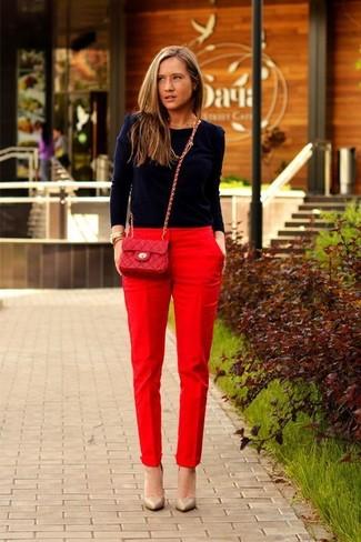 Как и с чем носить: темно-синий свитер с круглым вырезом, красные брюки-галифе, светло-коричневые кожаные туфли, красная кожаная стеганая сумка через плечо