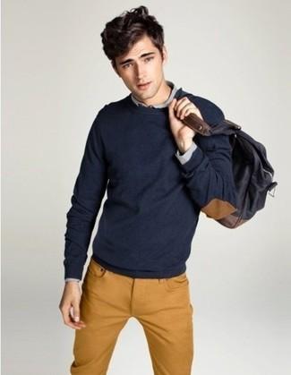 Как и с чем носить: темно-синий свитер с круглым вырезом, серая рубашка с длинным рукавом, табачные джинсы, темно-серый рюкзак