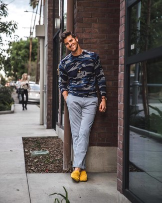 Модный лук: темно-синий свитер с круглым вырезом с камуфляжным принтом, серые брюки чинос, желтые замшевые лоферы, темно-коричневые кожаные часы
