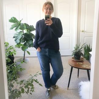 Как и с чем носить: темно-синий свитер с круглым вырезом, синие джинсы-бойфренды, серебряные кожаные низкие кеды