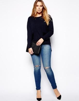 Черный кожаный клатч: с чем носить и как сочетать: Темно-синий свитер с круглым вырезом и черный кожаный клатч — классное решение для модниц, которые никогда не сидят на месте. Вместе с этим луком прекрасно будут смотреться черные замшевые туфли.