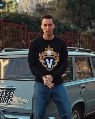 Как и с чем носить: темно-синий свитер с круглым вырезом с принтом, белая футболка с круглым вырезом, синие джинсы