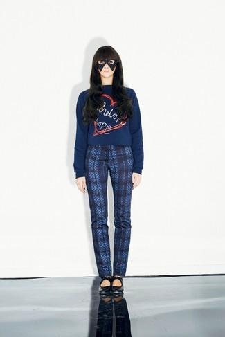 Как и с чем носить: темно-синий свитер с круглым вырезом с принтом, темно-синие узкие брюки в шотландскую клетку, черные кожаные балетки