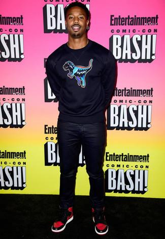 Модный лук: Темно-синий свитер с круглым вырезом с принтом, Черные кожаные джинсы, Красно-черные высокие кеды