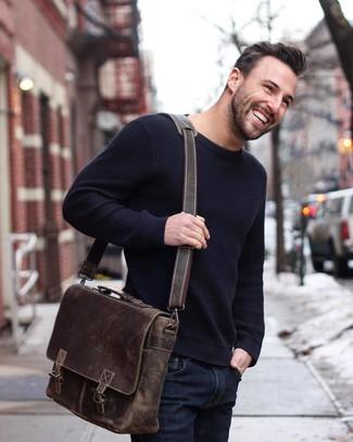 Как и с чем носить: темно-синий свитер с круглым вырезом, темно-синие зауженные джинсы, темно-коричневая кожаная сумка почтальона