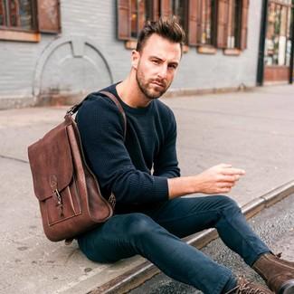 Как и с чем носить: темно-синий свитер с круглым вырезом, темно-синие зауженные джинсы, темно-коричневые замшевые повседневные ботинки, коричневый кожаный рюкзак