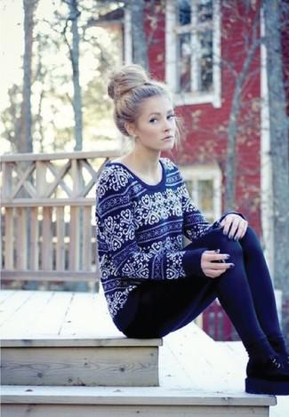 Как и с чем носить: темно-синий свитер с круглым вырезом с жаккардовым узором, темно-синие леггинсы, черные замшевые ботинки челси, черные носки