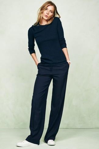 Как и с чем носить: темно-синий свитер с круглым вырезом, темно-синие широкие брюки, белые кожаные низкие кеды