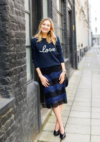 Модный лук: темно-синий свитер с круглым вырезом с принтом, темно-синяя кружевная юбка-карандаш, черные кожаные туфли, золотые часы