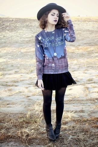 Как и с чем носить: темно-синий свитер с круглым вырезом с принтом, черная кружевная короткая юбка-солнце, черные кожаные ботильоны, черная шерстяная шляпа