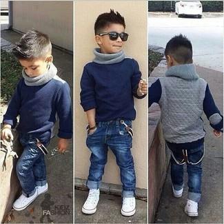 Как и с чем носить: темно-синий свитер, темно-синие джинсы, белые кеды, серый шарф