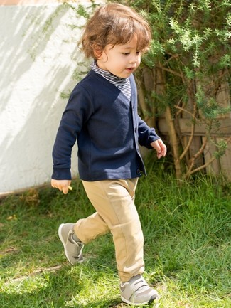 Как и с чем носить: темно-синий свитер в горизонтальную полоску, темно-синий кардиган, светло-коричневые брюки, серые кеды