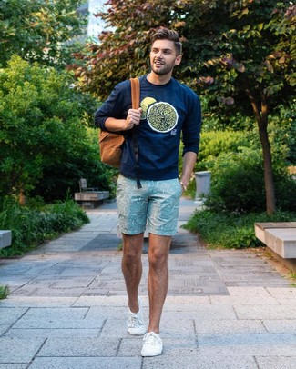 Как и с чем носить: темно-синий свитшот с принтом, мятные шорты с принтом, белые низкие кеды из плотной ткани, табачный рюкзак
