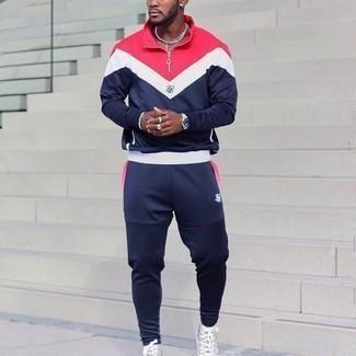 С чем носить спортивный костюм мужчине: Если в одежде ты делаешь ставку на удобство и практичность, спортивный костюм — хороший вариант для модного повседневного мужского ансамбля. В тандеме с серыми высокими кедами из плотной ткани с принтом такой образ смотрится особенно выигрышно.