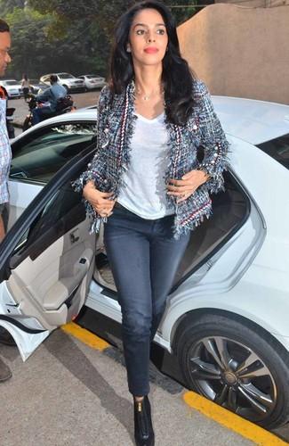 Как и с чем носить: темно-синий твидовый жакет, белая футболка с v-образным вырезом, темно-синие джинсы, черные кожаные ботильоны