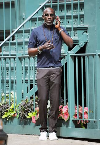 Модный лук: Темно-синий хлопковый бомбер, Серые брюки чинос, Белые низкие кеды