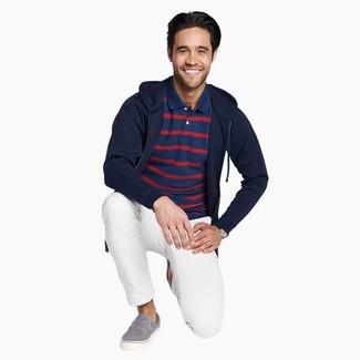 Как и с чем носить: темно-синий худи, темно-синяя футболка-поло в горизонтальную полоску, белые брюки чинос, серые слипоны из плотной ткани