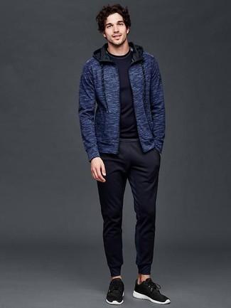 Как и с чем носить: темно-синий худи, темно-синяя футболка с длинным рукавом, темно-синие спортивные штаны, черные кроссовки