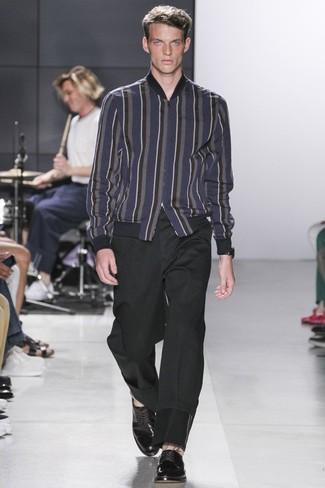 Как и с чем носить: темно-синий шерстяной бомбер в вертикальную полоску, черные брюки чинос, черные кожаные туфли дерби