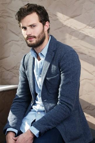 Как Jamie Dornan носит Темно-синий шерстяной пиджак, Бело-синяя рубашка с длинным рукавом в мелкую клетку, Темно-синие джинсы