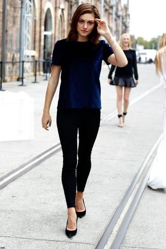 темно синяя бархатная футболка с круглым вырезом черные джинсы скинни черные кожаные туфли large 1030
