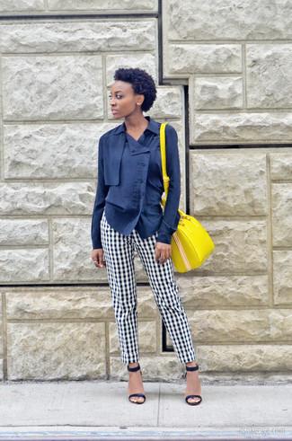 Желтая кожаная сумка-саквояж: с чем носить и как сочетать: Темно-синяя блуза на пуговицах и желтая кожаная сумка-саквояж — хорошая формула для создания стильного и несложного лука. Темно-синие кожаные босоножки на каблуке становятся хорошим завершением твоего ансамбля.