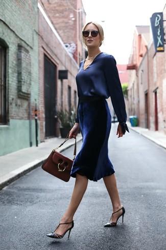 Как и с чем носить: темно-синяя сатиновая блузка с длинным рукавом, темно-синяя бархатная юбка-миди, черные кожаные туфли, темно-красная кожаная сумка-саквояж