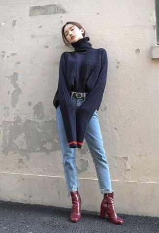 Темно-красные кожаные ботильоны: с чем носить и как сочетать: Поклонницам стиля кэжуал будет по душе сочетание темно-синей вязаной водолазки и голубых джинсов. В паре с этим образом гармонично выглядят темно-красные кожаные ботильоны.