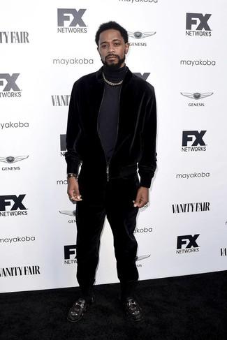 Как и с чем носить: темно-синяя водолазка, черный бархатный спортивный костюм, черные кожаные лоферы с вышивкой, черные кожаные часы