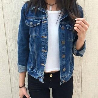 Как и с чем носить: темно-синяя джинсовая куртка, белая кофта с коротким рукавом, черные джинсы скинни