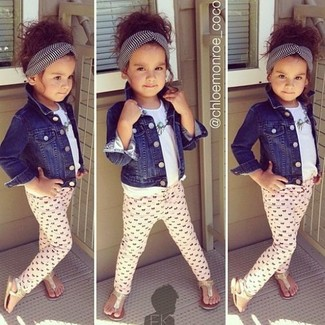Как и с чем носить: темно-синяя джинсовая куртка, белая футболка, розовые леггинсы, золотые босоножки