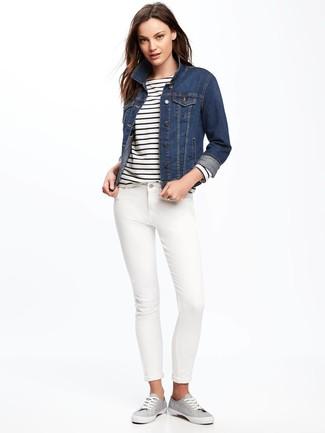 Как и с чем носить: темно-синяя джинсовая куртка, бело-темно-синяя футболка с длинным рукавом в горизонтальную полоску, белые джинсы скинни, серые низкие кеды из плотной ткани