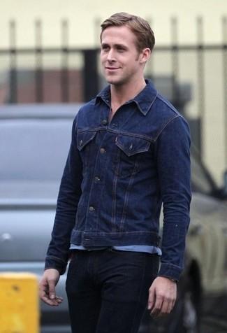 Как Ryan Gosling носит Темно-синяя джинсовая куртка, Голубая футболка с круглым вырезом, Черные джинсы