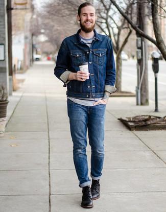 Как и с чем носить: темно-синяя джинсовая куртка, серая футболка с круглым вырезом в горизонтальную полоску, синие рваные джинсы, черные кожаные повседневные ботинки