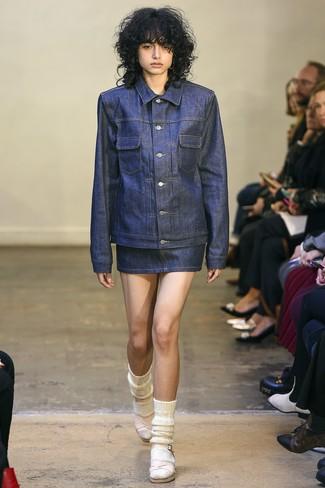 Как и с чем носить: темно-синяя джинсовая куртка, темно-синяя джинсовая мини-юбка, розовые кожаные босоножки на каблуке, белые шерстяные носки