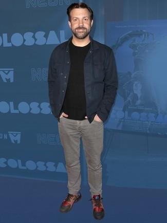 Разноцветные кожаные низкие кеды: с чем носить и как сочетать мужчине: Тандем темно-синей джинсовой куртки и серых джинсов поможет создать интересный мужской образ в расслабленном стиле. Очень подходяще здесь будут смотреться разноцветные кожаные низкие кеды.