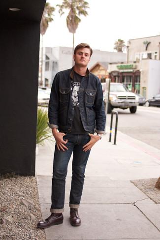 Как и с чем носить: темно-синяя джинсовая куртка, черно-белая футболка с круглым вырезом с принтом, темно-синие джинсы, темно-красные кожаные повседневные ботинки