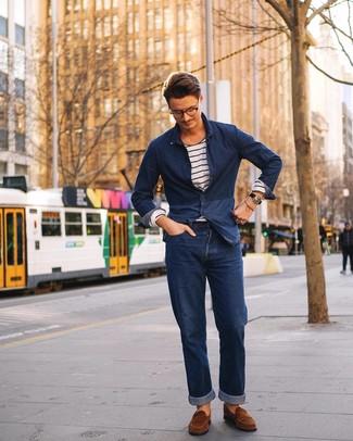 Как и с чем носить: темно-синяя джинсовая рубашка, бело-темно-синяя футболка с длинным рукавом в горизонтальную полоску, темно-синие джинсы, коричневые замшевые лоферы