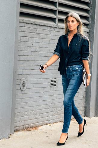 Темно-синяя джинсовая рубашка и синие рваные джинсы скинни — необходимые вещи в арсенале стильной девушки. Любительницы экспериментировать могут завершить образ черными замшевыми туфлями, тем самым добавив в него немного классики.