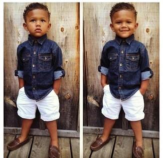 Как и с чем носить: темно-синяя джинсовая рубашка с длинным рукавом, белые шорты, коричневые лоферы