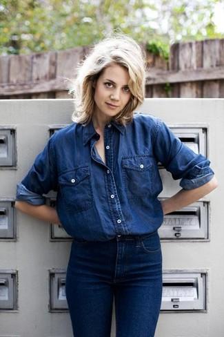 Темно-синяя джинсовая рубашка и темно-синие джинсы — прекрасный вариант для похода в кино или шоппинга.