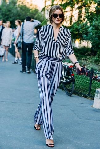 Как Olivia Palermo носит Темно-синяя классическая рубашка в вертикальную полоску, Голубые широкие брюки в вертикальную полоску, Черные замшевые босоножки на каблуке