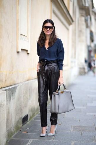 Как и с чем носить: темно-синяя классическая рубашка, черные кожаные брюки-галифе, серые кожаные туфли, серая кожаная большая сумка