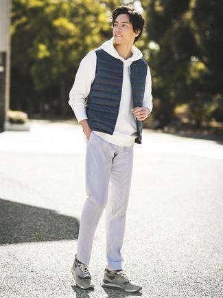 Как и с чем носить: темно-синяя куртка без рукавов, белый худи, серые классические брюки, серые замшевые низкие кеды