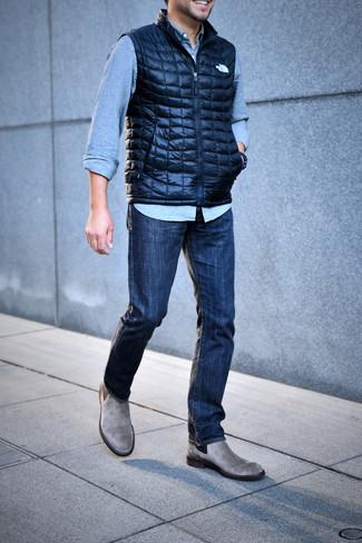 Как и с чем носить: темно-синяя стеганая куртка без рукавов, голубая джинсовая рубашка, темно-синие джинсы, серые замшевые ботинки челси